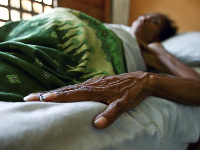 An HIV/AIDS patient lies in bed at the Bairo Pite clinic for comprehensive community health service in Dili, Timor-Leste. Photo: © UN Photo/Martine Perret