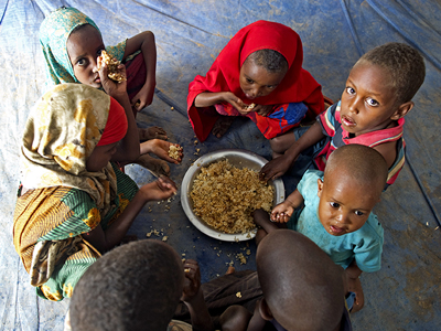 Somali refugee children share a meal inside a tent in Dollo Ado, Ethiopia. © UN Photo/Eskinder Debebe