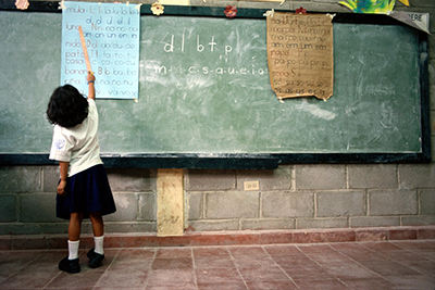 Girl in a classroom. © Alfredo Srur / World Bank
