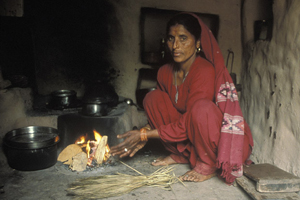 Woman cooking, India © UN Photo/Kibae Park